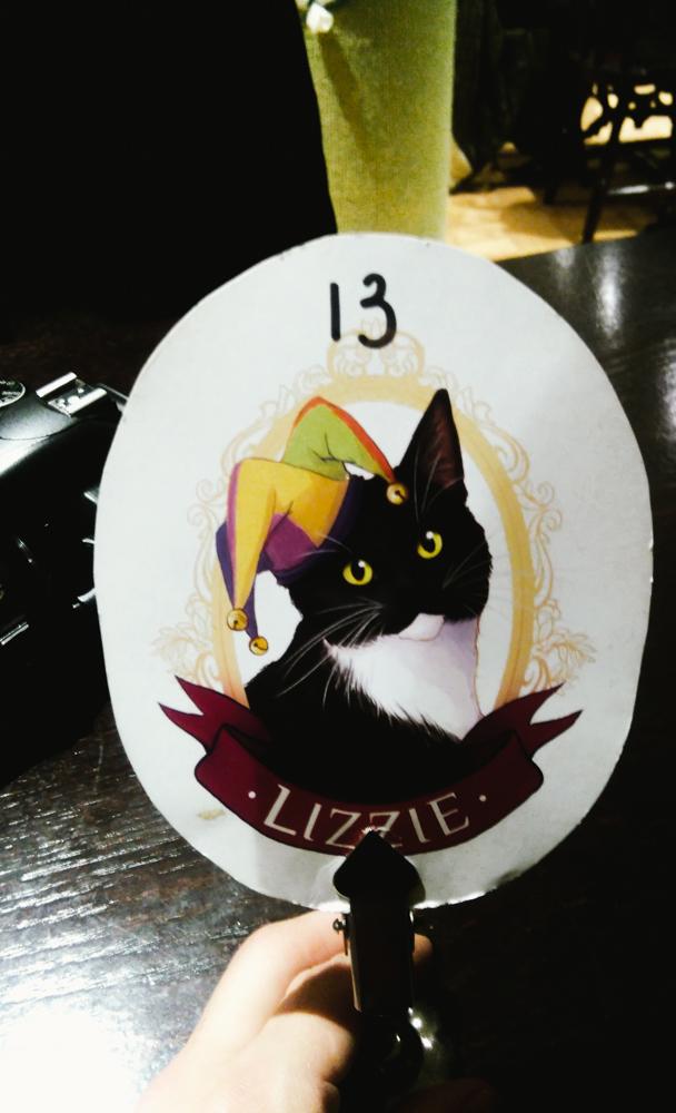 Cada mesa tem a ilustração de um gatinho que mora ali. Ficamos na mesa da Lizzie, que era bem preguiçosa. Hehe